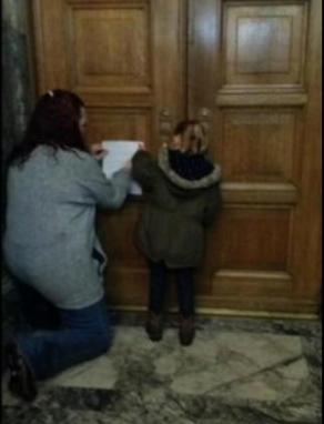 little-girl-knocking-on-washington-state-congress-doors-photo